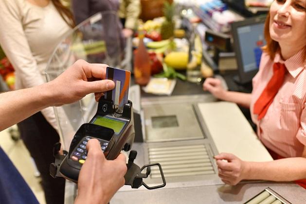 Vor vielen Jahren war die EC-Karte ein echter Gewinn für den Zahlungsverkehr, denn sie machte es möglich, auch ohne Bargeld einkaufen zu gehen. Viele Geschäfte jedoch haben damit begonnen, einen Mindestbetrag festzusetzen, ab de die Kartenzahlungen erst möglich waren. (#01)