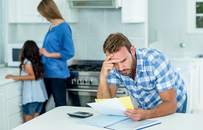 Der wohl größte Nachteil ist es, dass es durch Ratenkredite relativ einfach möglich ist, in die Schuldenfalle zu geraten. So nehmen viele Menschen bei unterschiedlichen Anbietern einen kleinen Ratenkredit auf und verlieren dabei die Übersicht. (#02)