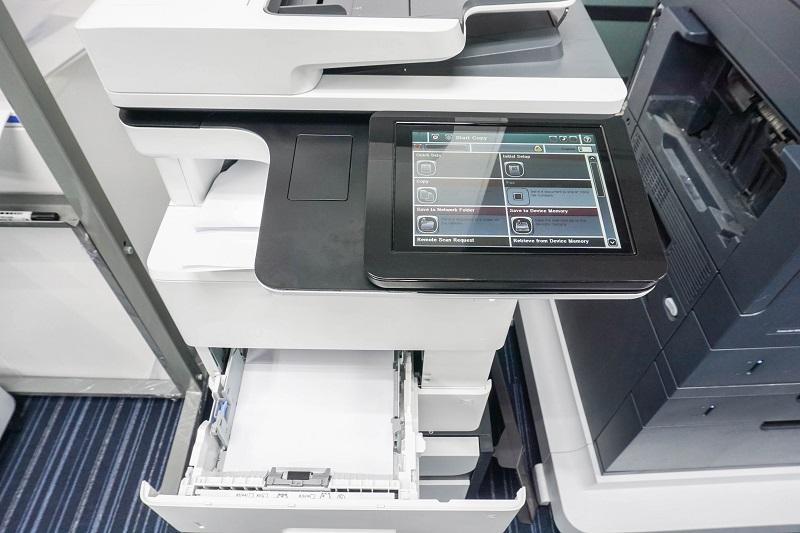 Multifunktionsdrucker ersetzen viele Geräte  Verknüpft mit Magnetkarten, Codes, Zählern oder Timern können Drucker Zugangsberechtigte filtern, den Büroverbrauch protokollieren oder eigenständig Meldungen verbreiten. (#01)