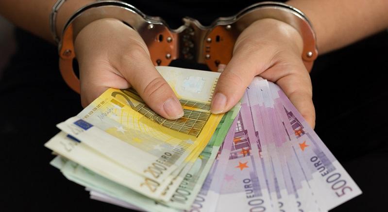 Medien decken Zuflüsse von Schwarzgeld in Milliardenhöhe auf. Russische Briefkastenfirmen stehen vermutlich dahinter. Deutschland besitzt in der Europäischen Union den größten Geldwäschemarkt mit einem Volumen von über 100 Milliarden Euro jährlich. (#01)
