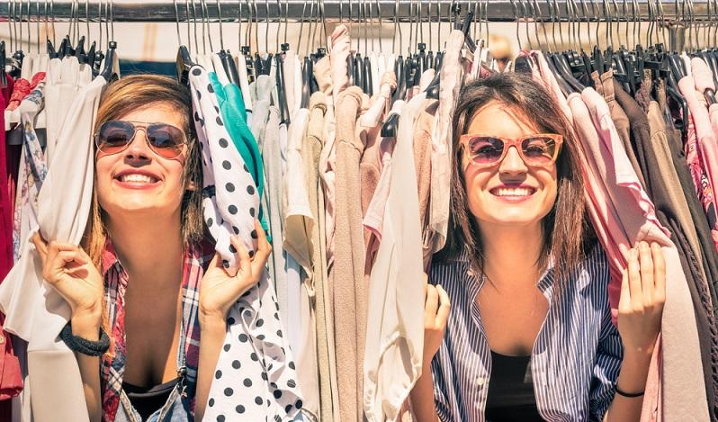 Das ist das eines der wohl größten Vorteile des stationären Einzelhandels: Das Anfassen und direkte Ausprobieren. Das ist es, was viele heute noch davon abhält, alles online zu kaufen, sondern lieber im Geschäft um die Ecke.(#02)
