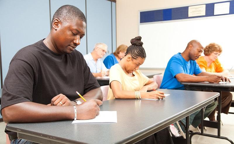 Einzelhandelskaufmann Ausbildung: Die Auszubildenden können pro Woche zwei Tage in der Berufsschule verbringen, so dass sich Theorie und Praxis ständig abwechseln. (#03)