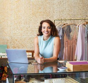 Nach der erfolgreich abgeschlossenen Einzelhandelskaufmann Ausbildung bietet sich Berufseinsteigern ein breites Betätigungsfeld. (#06)