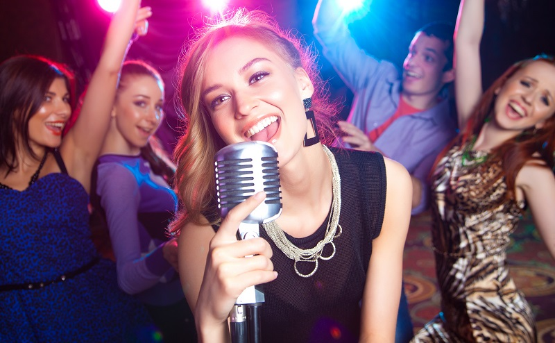 Ideen für die Weihnachtsfeier: Mit Karaoke für Spaß sorgen (#04)