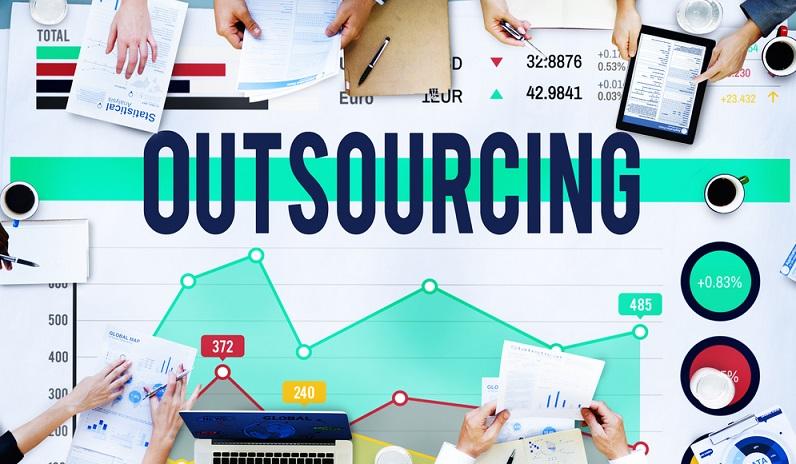 Beim Outsourcing geht es darum, bestimmte Tätigkeiten nicht im Betrieb selbst durchzuführen, sondern externe Dienstleister damit zu beauftragen. (#01)