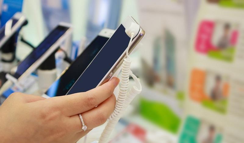 Für Nutzer, die sich ein iPhone kaufen wollen, kann sich auf die lange Sicht aber auch noch eine andere Variante finanziell lohnen: das Handy ohne Vertrag im Einzelhandel zu kaufen und es mit einer Prepaidkarte des Discounters auszustatten. (#02)