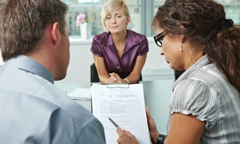Wer sich für einen Verkaufs-Job in einem Geschäft oder für eine andere Anstellung im Einzelhandel bewerben möchte, der hat neben den Stellenanzeigen auch die Möglichkeit, auf eigene Initiative Bewerbungen zu schreiben. (#02)