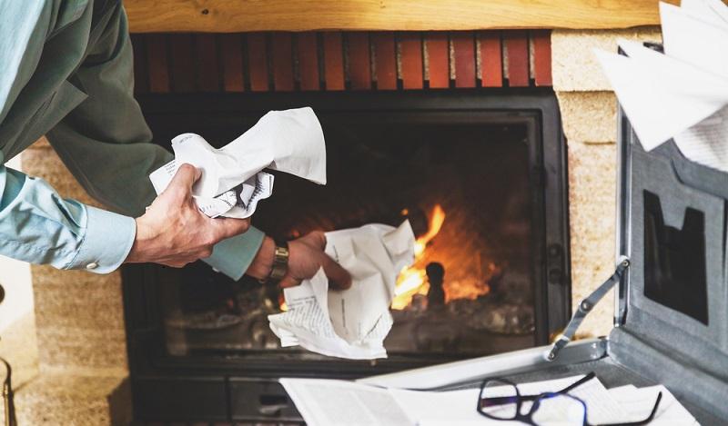 """Die Verbraucher sollten wissen, dass ein Kaminofen als """"Feuerstätte für feste Brennstoffe"""" auf keinen Fall als Müllverbrennungsanlage, zum Beispiel für Altpapier, genutzt werden darf. (#01)"""