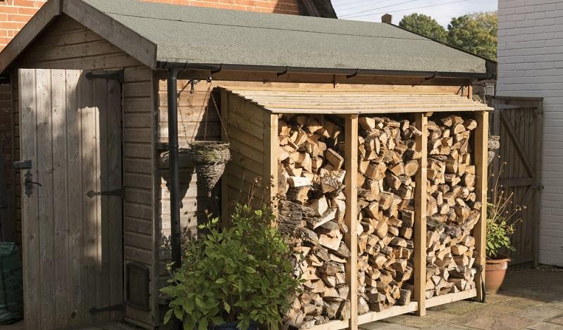 Lagern Sie das Brennholz daher am besten unter einem herabgezogenen Dach. (#02)