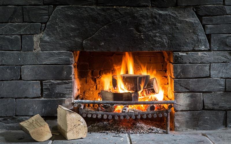 Außerdem ist das Flammenbild beim Heizen mit Holz wesentlich schöner als beim Heizen mit Papier, das eher glimmt als effektvoll verbrennt. (#07)