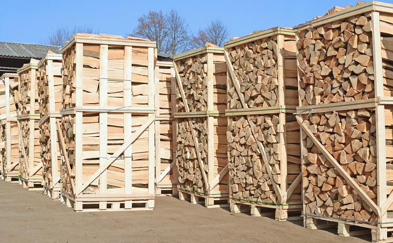 Naturbelassenes stückiges Holz (Scheite, Reisig, Hackschnitzel, Zapfen inklusive Rinde) darf in Kaminen verbrant werden. (#03)