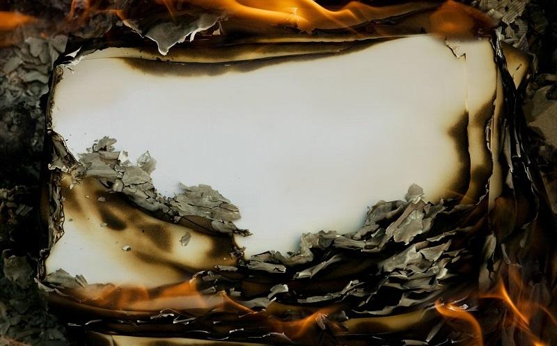 Anders als Holz- oder Kohlebriketts verbrennen Papierbriketts nicht vollständig. (#04)
