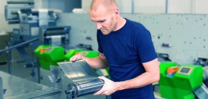 Trotz Digitalisierung: Handel und Logistik setzen auf analoge Etikettiermaschinen