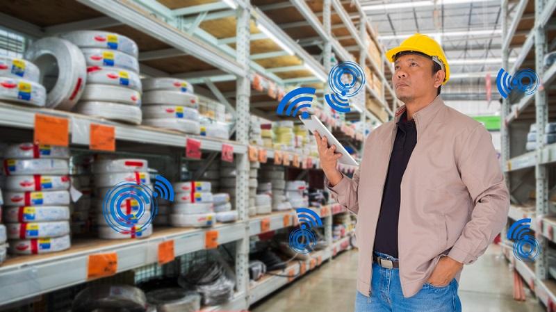 Welche Waren befinden sich noch im Lager? In welcher Anzahl und an welcher Stelle? Wurde bereits Nachschub bestellt? Alle Mitarbeiter können schnell auf verlässliche Informationen zugreifen, wenn ein modernes ERP-System im Unternehmen eingesetzt wird. (#03)