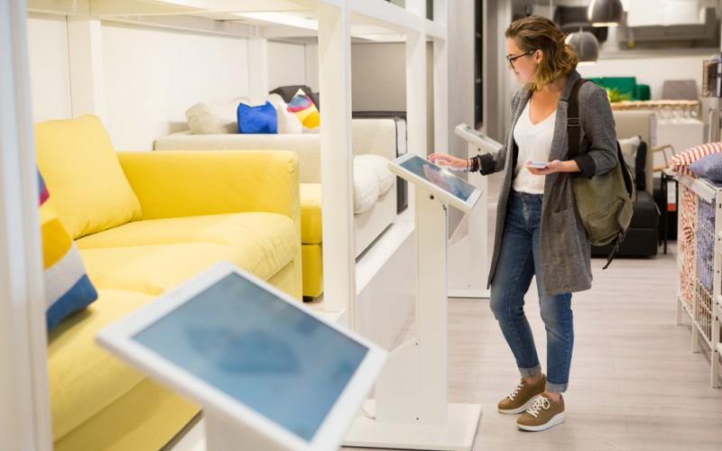 Die Zukunft des Moebelkaufes liegt eindeutig im Internet. Selbst in den Möbelhäudern vor Ort sinken die Zahlen an Mitarbeitern und es steigt die Zahl an technischen Geräten mit Anreizen zur Beratung. (#3)