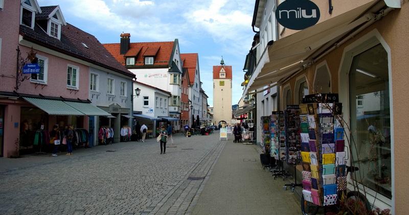 Während vor allem große Ketten und der Onlinehandel vom Konsumverhalten der Menschen profitieren, sterben kleine Geschäfte in den Städten und Dörfern regelrecht aus.(#01)