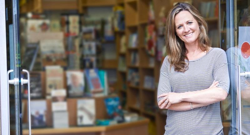 Der Buchhandel ist ein sehr spezielles Beispiel, das aber durchaus symptomatisch für das Problem ist. Die stationären Händler sind oft geradezu beleidigt, wenn sie mitbekommen, dass ihre Kunden auch online einkaufen. (#03)