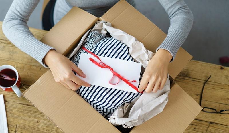 Speziell in der Weihnachtszeit werden unzählige Pakete an die Lieben versendet. Alle sind froh, wenn die Geschenke pünktlich zum Fest eintreffen. (#1)