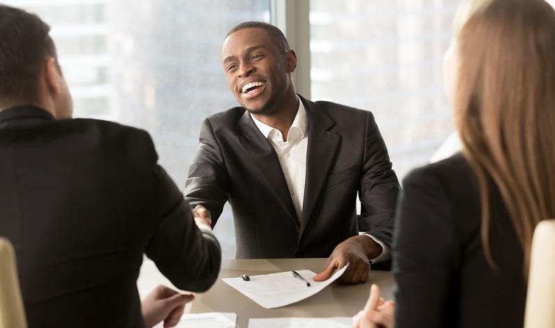 Ein selbstständiger Handelsvertreter ist im Außendienst tätig und kümmert sich sowohl um Bestandskunden als auch um das Einwerben von Neukunden.