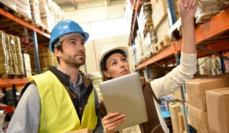 Die ERP-Software gilt als Möglichkeit, alle Belange eines Unternehmens in nur einer Software zu erfassen. Damit also auch die Lagerverwaltung mit all den Lagerbewegungen und der Festlegung von Lagerkonzept und System zur Warenwirtschaft.