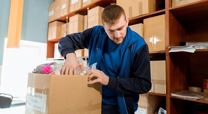 Neben der Lieferantensuche fallen der Einkaufsabteilung auch die folgenden Aufgaben zu: Auftragserteilung, Warenannahme, Überprüfung der Lieferung.