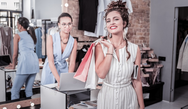 Als Kauffrau/-mann im Einzelhandel müssen Sie den Kunden die Eigenschaften der verschiedenen Waren erklären und ihnen dabei helfen, die richtige Auswahl zu treffen.