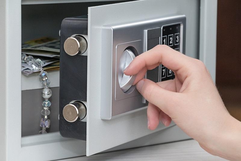 Billigmodelle sind häufig sehr einfach mit Werkscodes zu überbrücken oder durch Eingriffe in die Elektronik zu knacken. (#04)