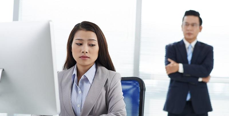 Es gibt Chefs, die zwar Aufgaben delegieren, die aber dennoch ein wachsames Auge auf allem haben.