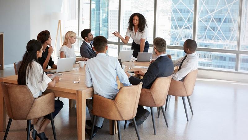 Erfolgreiche Vorgesetzte führen nicht einfach, sondern passen sich an. Sie erklären viel oder wenig, geben häufiger Anleitung oder ziehen sich auf eine Art Beobachtungsposten zurück.