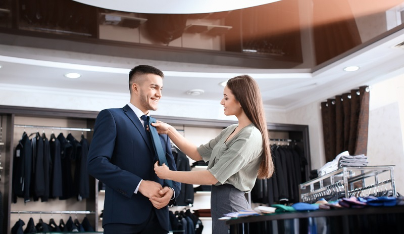 Wichtig ist immer, dass Verkäufer absolut ehrlich sind. Nur diejenigen, die echt wirken, werden als vertrauenswürdig wahrgenommen und der Kunde bekommt ein gutes Gefühl bei dem Gespräch.