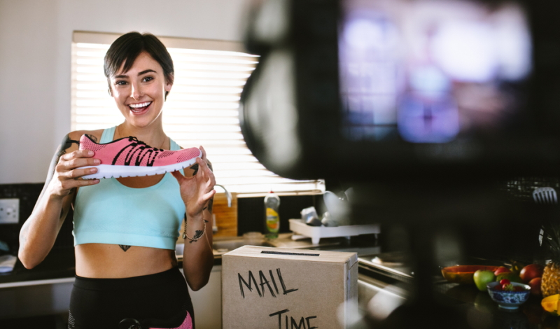 Fitness-YouTuber können leicht auf YouTube Geld verdienen. Sie verkaufen im Merchandise nicht nur ihre Nahrungsergänzungsmittel, sondern auch eBooks oder Online-Seminare. (#04)