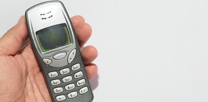 Nokia gelang es 1999 mit dem Modell 3210 ein erstes Handy ohne externe Antenne auf den Markt zu bringen.