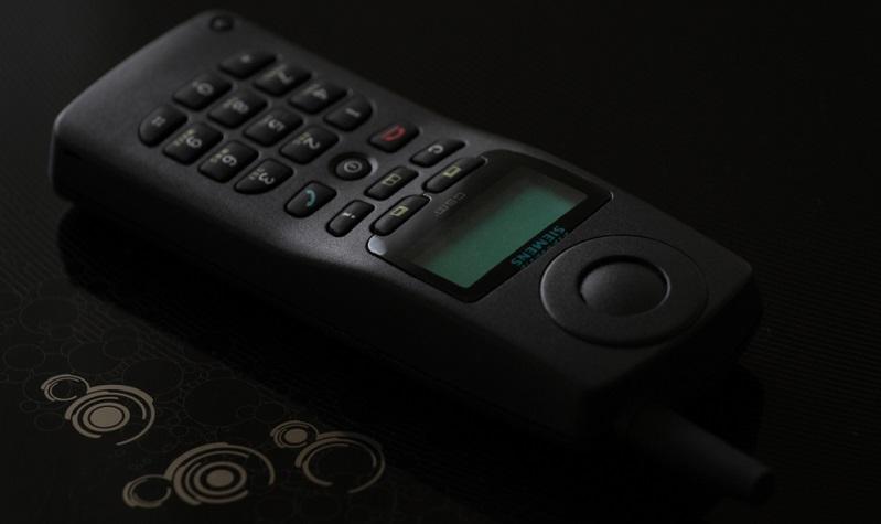 Zwei Jahre später gelang es dem Hersteller Siemens, einen weiteren Meilenstein zu erreichen, denn mit dem Modell S3 gab es nun ein erstes Mobiltelefon, das SMS-Kurznachrichten senden und empfangen konnte.