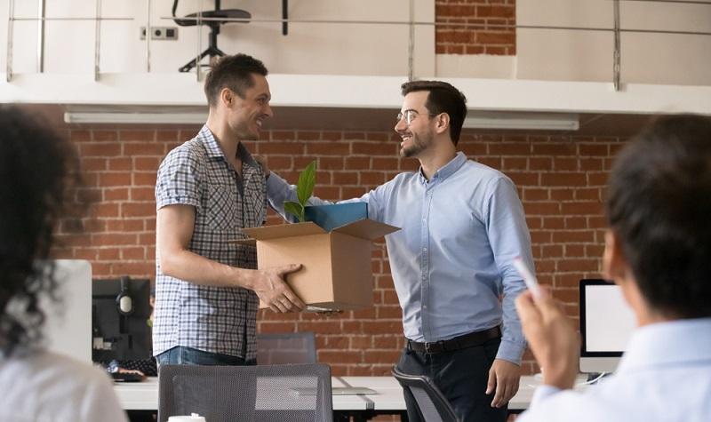 Im Bundesurlaubsgesetz ist geregelt, dass der Mitarbeiter erst nach 6 Monaten Betriebszugehörigkeit seinen vollen Jahresurlaubsanspruch hat.