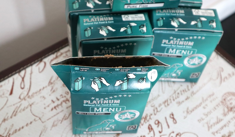 Platinum MENU PURE FISH: Deutlich weniger Verpackungsmüll beim Futter durch Tetra Recart Packungen.