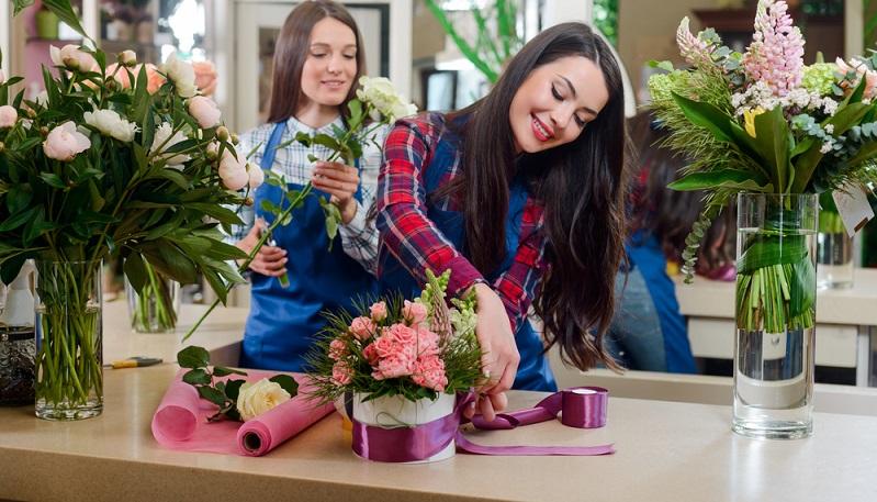 Eine der Tätigkeiten im Einzelhandel, die immer noch sehr beliebt ist, ist der Beruf des Floristen oder der Floristin. (Fotolizenz -Shutterstock: shutterstock Yuriy Golub )