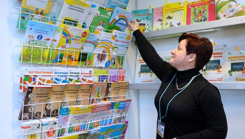 Es ist eine der Tätigkeiten im Einzelhandel, die vor allem aus der Leidenschaft heraus gewählt werden: Der Beruf des Buchhändlers oder der Buchhändlerin. (Fotolizenz -Shutterstock: Es ist eine der Tätigkeiten im Einzelhandel, die vor allem aus der Leidenschaft heraus gewählt werden: Der Beruf des Buchhändlers oder der Buchhändlerin. ( Fotolizenz -Shutterstock :_ Krysja )