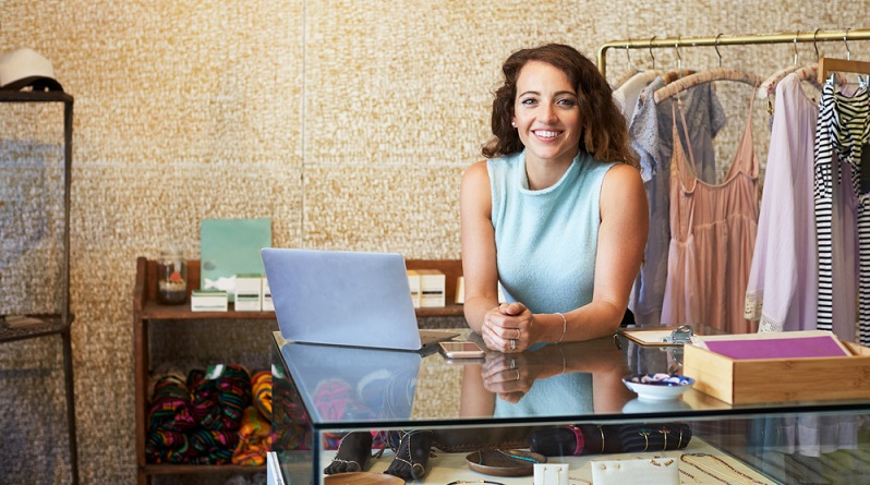 Ein Ladenbetreiber braucht Personal, eine Ladenfläche und Lagerraum. Alles verursacht Kosten, die auch mit der besten Optimierung nicht wegzubekommen sind. (Foto-Shutterstock: Monkey Business Images )