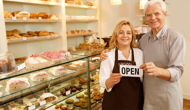 Die Abdeckung der Öffnungszeiten sowie die Vor- und Nachbereitung kosten viel Kraft. Daher sollte in den Businessplan auch die Frage aufgenommen werden, wie die Personalgewinnung geplant ist. ( Foto: Shutterstock- Nestor Rizhniak)