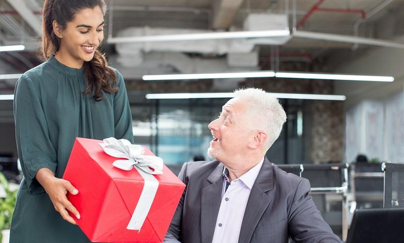 Gern vergeben Arbeitgeber Sachgeschenke, wenn sie einen Mitarbeiter zu dessen Geburtstag ein Geschenk.( Foto: Shutterstock-Mangostar )