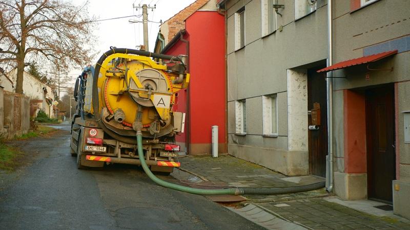 Das Fahrzeug, das den Klärschlamm abpumpen soll, sollte überdies bis in die Nähe der Anlage gelangen.  ( Foto: Shutterstock- Tomas Vynikal)