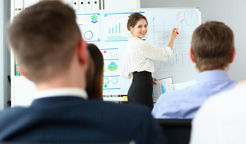 Werden innerhalb der Weiterbildung Fertigkeiten und Fähigkeiten vermittelt, die über die Anforderungen, die der aktuelle Arbeitsplatz stellt, hinaus gehen, kann eine Förderung über § 82 SGB III möglich sein. ( Foto: Shutterstock-H_Ko )