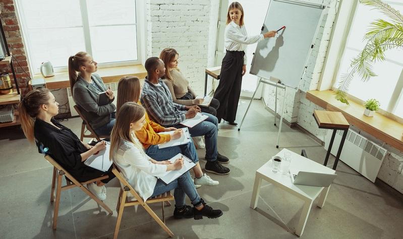 Viele fragen sich, warum das Qualifizierungschancengesetz darauf abzielt, mehr Fachkräfte vor dem Hintergrund der Digitalisierung auszubilden. ( Foto: Shutterstock-Master1305)