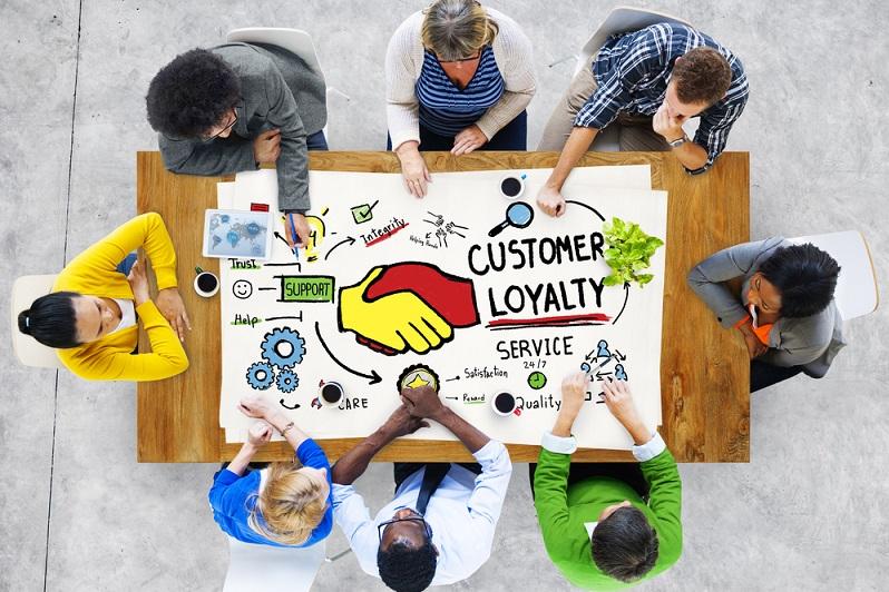 Das gilt unabhängig von der Größe des Unternehmens, von seiner Ausrichtung oder von den Leistungen und Produkten. Nur Kunden, die sich aufmerksam behandelt fühlen, kommen wieder und sind damit die Zielgruppe, die an das Unternehmen gebunden werden soll.   ( Foto: Shutterstock-_Rawpixel.com)