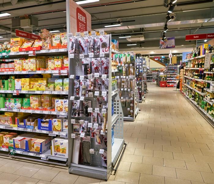 Beispiel für eine Zweitplatzierung von Waren in einem Verkaufsdisplay an einem Gondelkopf (Foto: shutterstock - Sorbis)