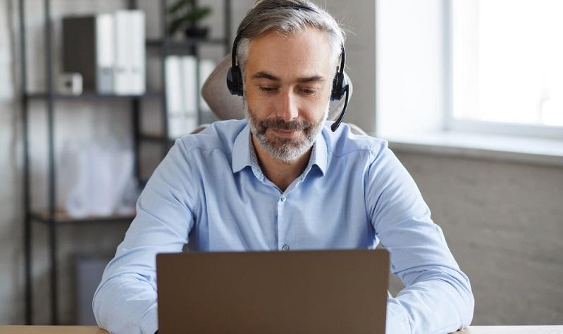 Auch wenn es nur ein Meeting aus dem Home Office heraus ist: Vernünftige Kleidung ist angesagt!  (Foto: Shutterstock-YURII MASLAK  )