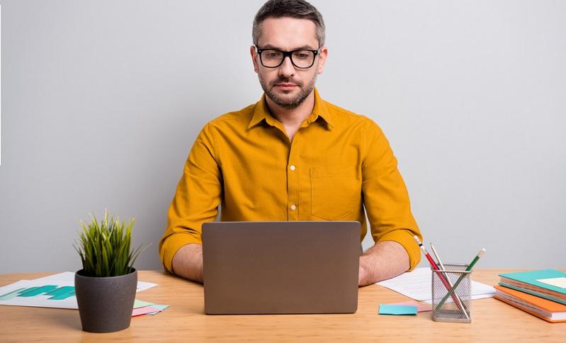 Wer an einer Videokonferenz oder einem Webinar teilnimmt, wird nicht auf die Idee kommt, dass es sich um einen Workshop handelt, bei dem die Arbeitsergebnisse selbst erarbeitet werden müssen. ( Foto: Shutterstock-_Roman Samborskyi )