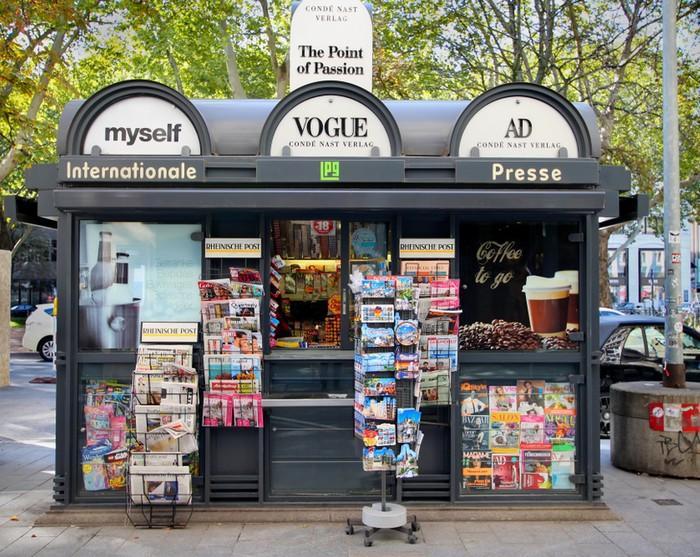 Ein Beispiel für einen Einzelhändler mit geringer Sortimentsbreite ist das Kiosk. Platzbedingt ist das Sortiment weniger breit als jenes des Supermarkts. Auch die Sortimentstiefe ist hier geringer. (Foto: shutterstock - Maiko33)