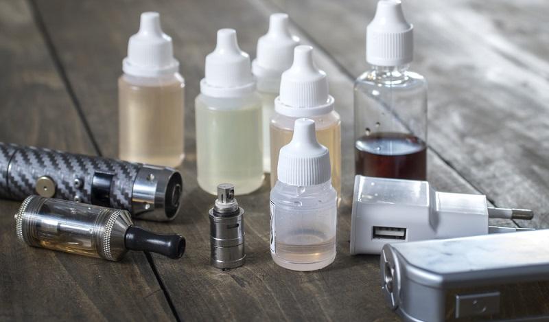 Der Einzelhandel konnte durch die Ladenschließungen deutlich weniger E-Zigaretten und Zubehör verkaufen. Das wiederum bedeutete, dass die Verbraucher weniger kauften bzw. weniger kaufen konnten. (Foto: Shutterstock- librakv )