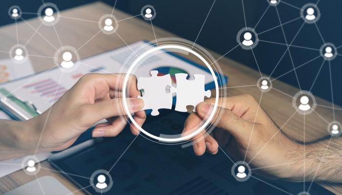 Crowdsourcing-Plattformen bringen Unternehmen und Crowd zusammen, ermöglichen erst die Kollaboration und damit das Leben von Crowdsourcing. (Foto: shutterstock - metamorworks)